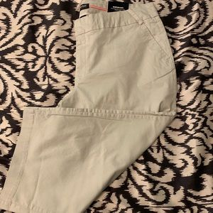 NWT Avenue Chino Capri pants